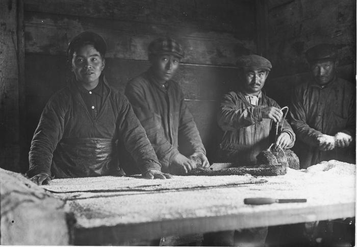 Обработка шкур, 1920-е гг./Фото: mediad.publicbroadcasting.net